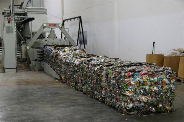 Recycling of cardboard, PET and aluminium drinks cans Europe's largest logistics provider, Euro Pool System, in Hungary with new recycling hall