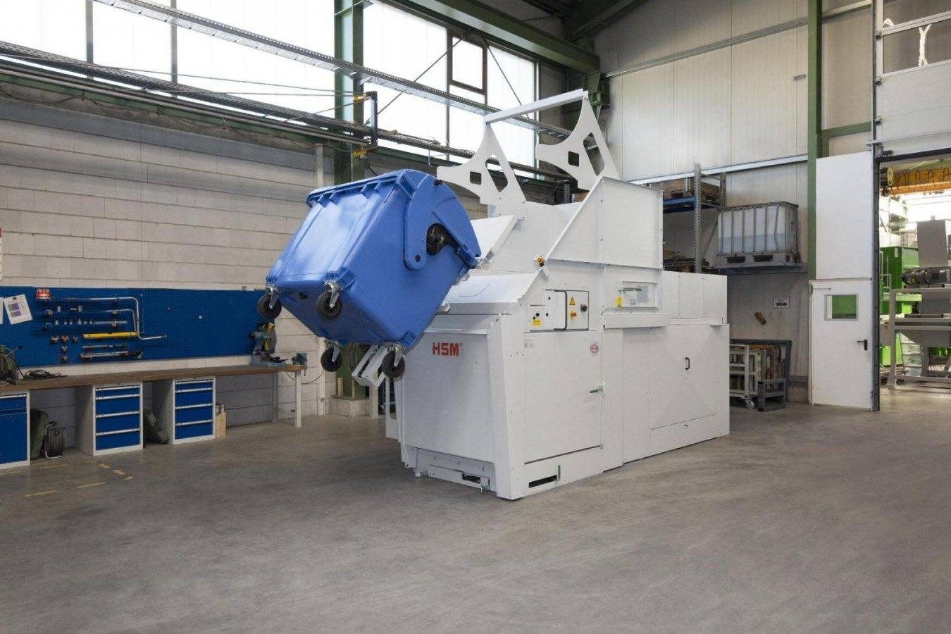 Simple Emptying of large Refuse Containers HSM HL 7009 MGB – the compact horizontal baling press for industry